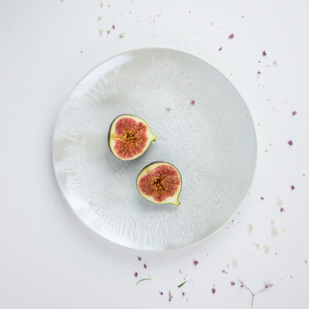 Pearl dinner plate with figs by Nalejto