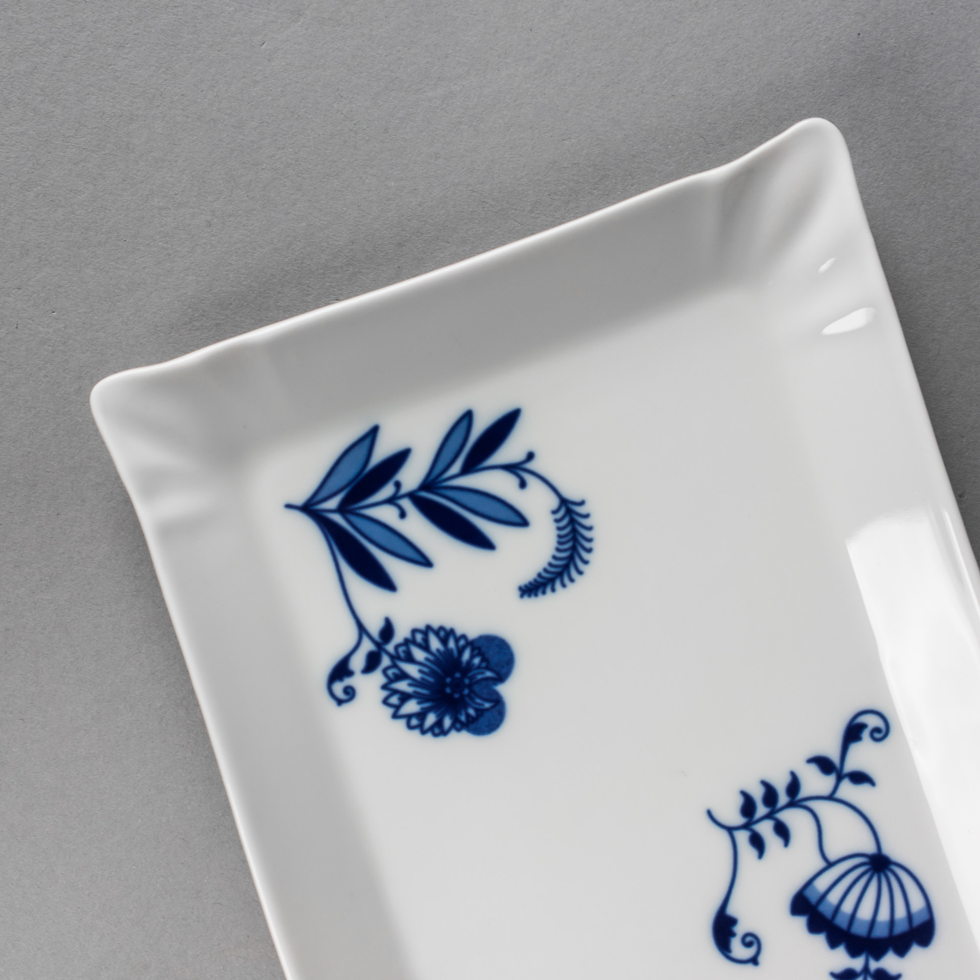 Onion pattern serving tray by Qubus