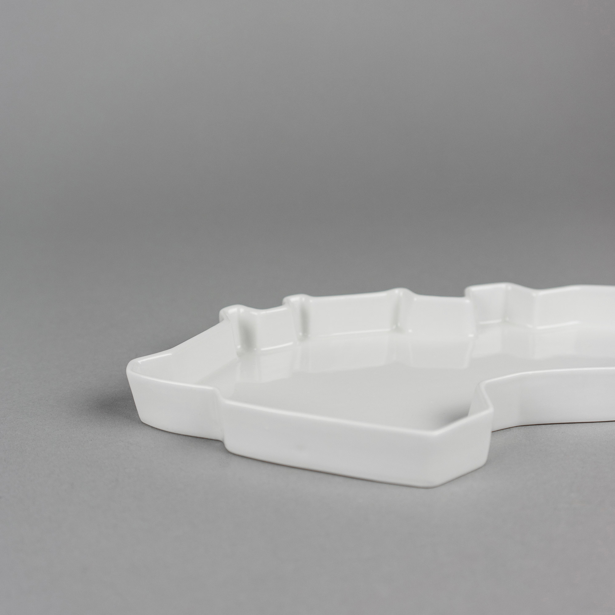 White porcelain tray by Qubus design studio
