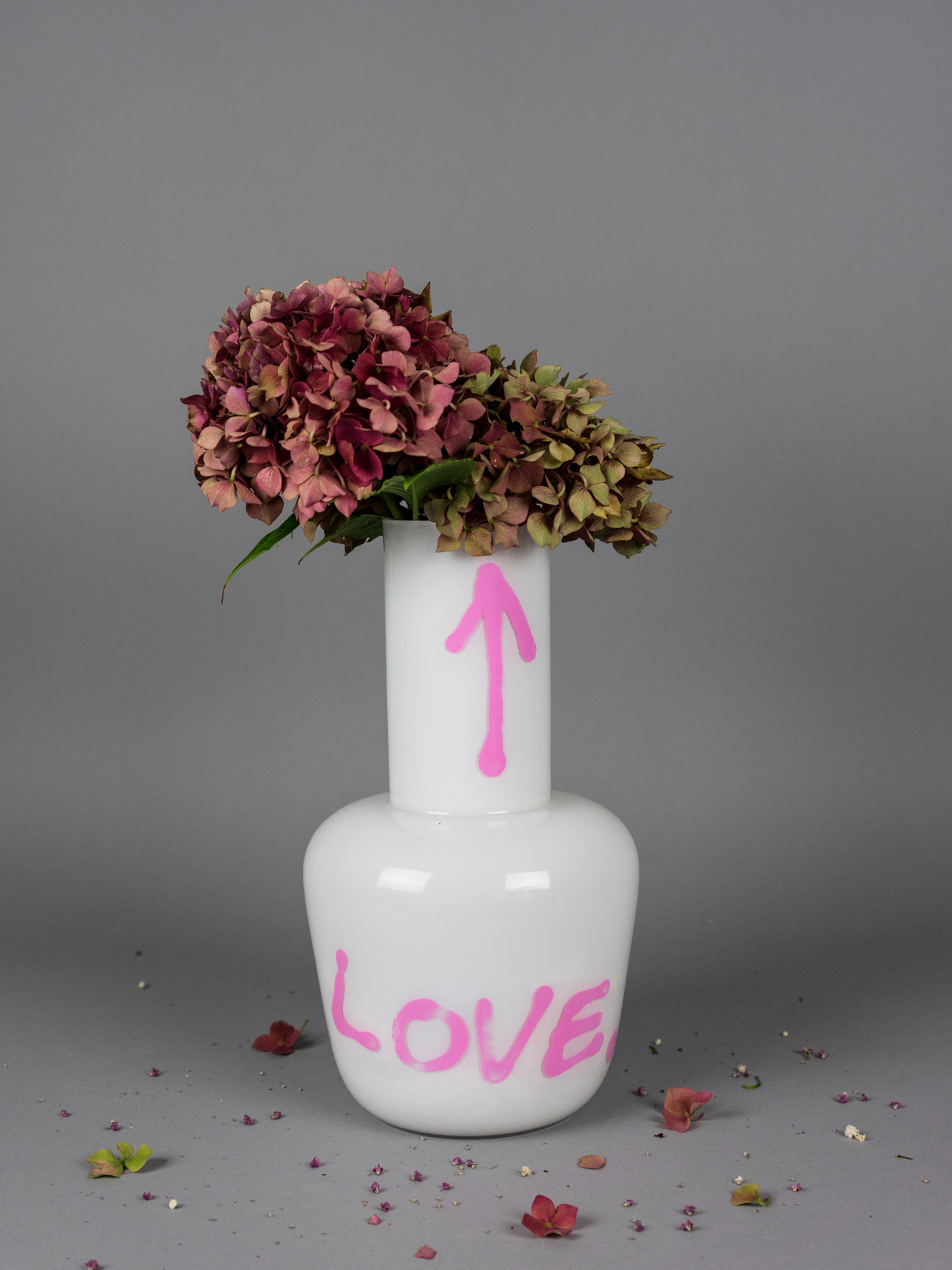 White love vase with hortenzia flowe by Qubus