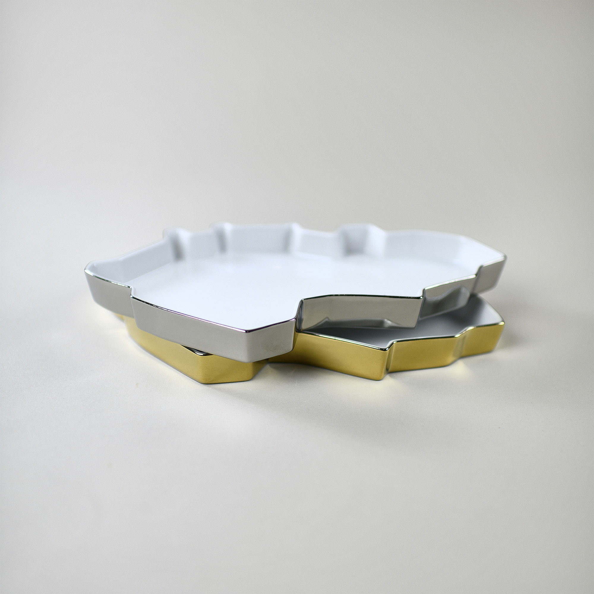 Silver and gold porcelain trays with grapes by Qubus design studio